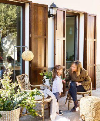 mujer y nina en estar exterior 1057x1280
