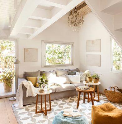 salon con techo abuhardillado y decoracion en blanco y gris 1253x1280